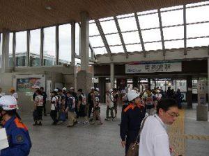 写真01:東岡崎駅南口広場へ誘導されて来る参加者の皆様