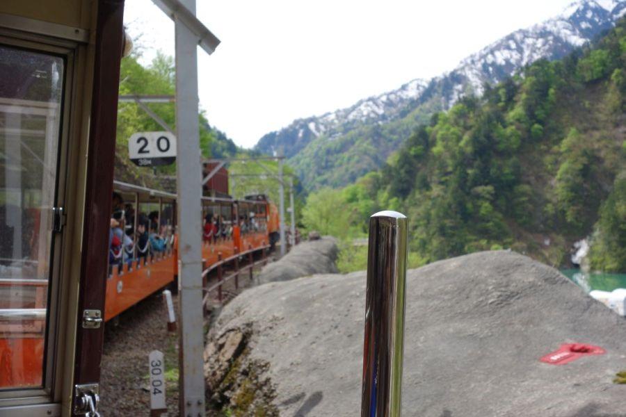 残雪の黒部峡谷をトロッコ電車で鐘釣へ向かう