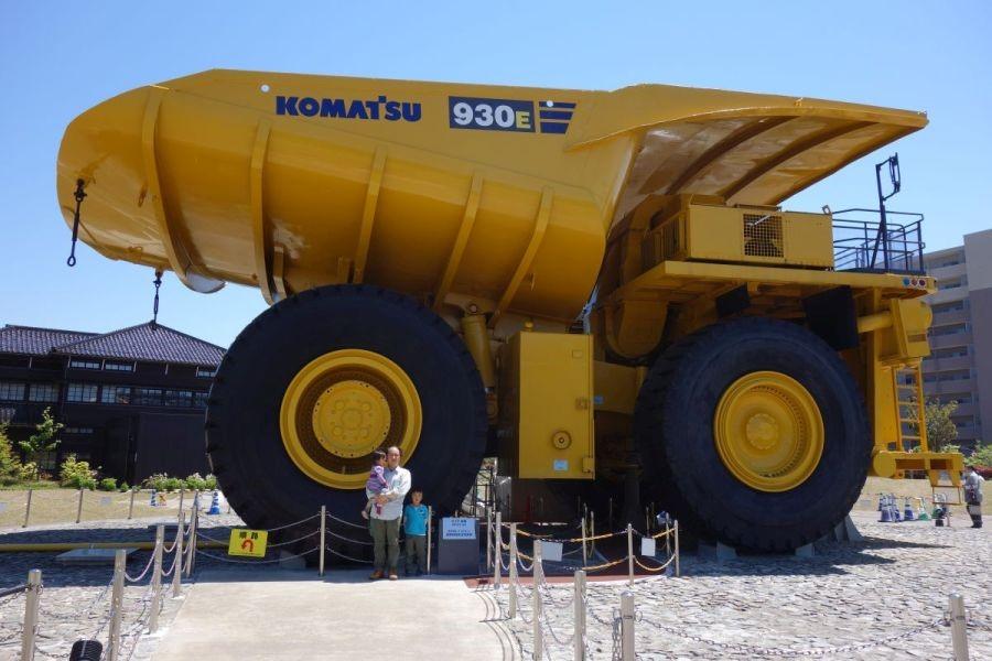 世界最大級の巨大トラック930Eと記念撮影